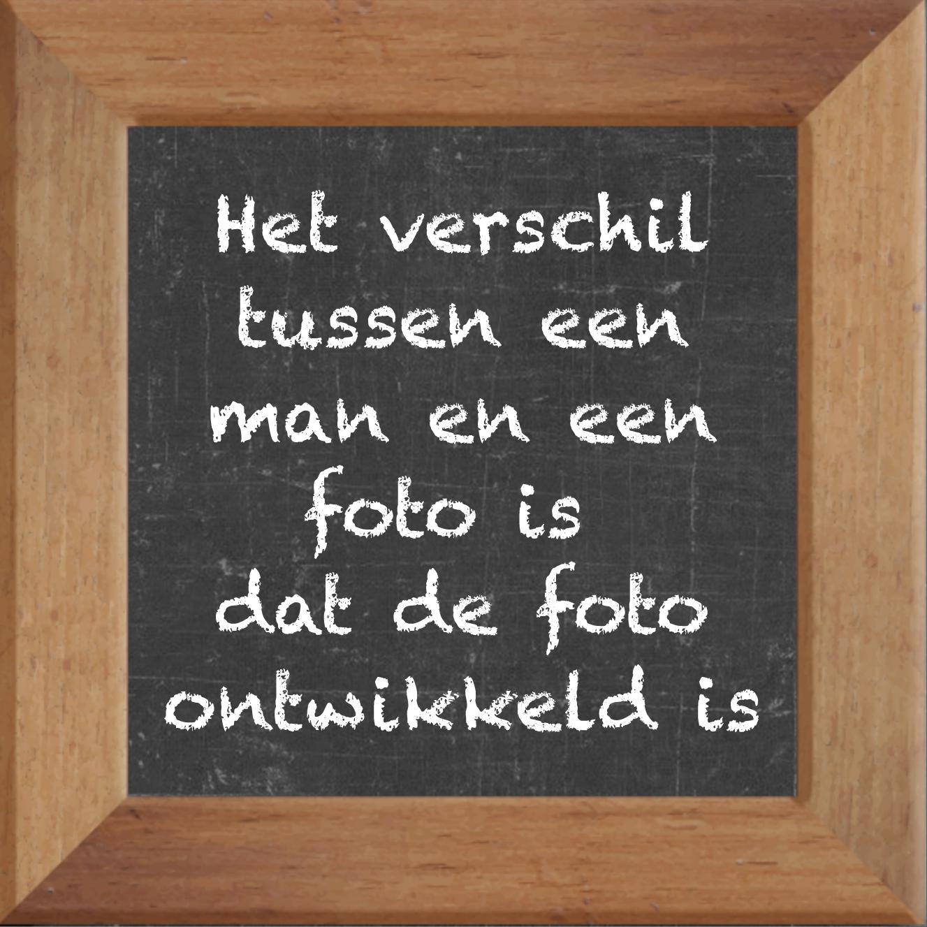 Wijsheden op krijtbord tegel over Man onvriendelijk met spreuk :Het verschil tussen een man en een foto is dat de foto ontwikkeld is